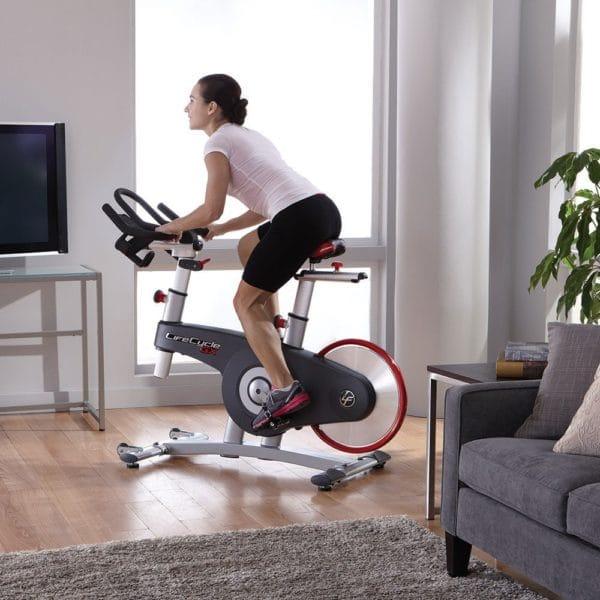 """エアロバイクがおすすめな理由②:室内の""""ながら運動""""でしっかり有酸素運動ができる"""