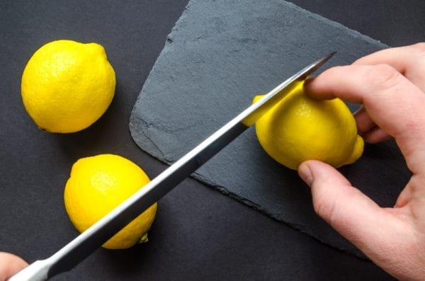 レモン水の効果を引き上げる豆知識 切る前にコロコロ転がす