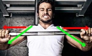 肩を痛めやすいフォーム①肩に力が入り肘が開いてしまっている