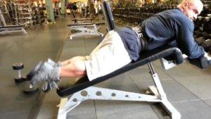 ダンベルレッグカールのコツ 「膝を固定する」
