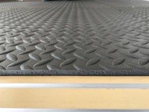 ホームジムの作り方のポイント⑤「騒音対策・床の保護のために床材を利用する」