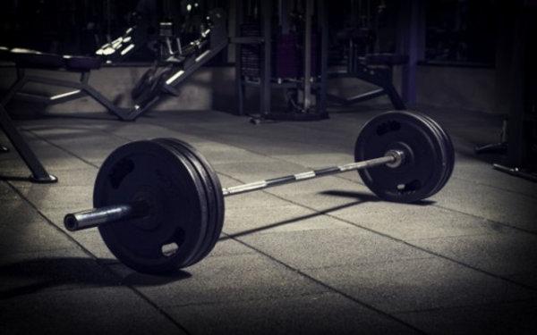「ウェイトリフティング」と「パワーリフティング」の使用重量