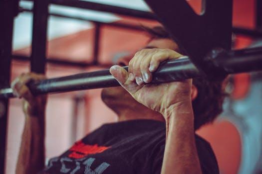 更に効く!二の腕の筋トレ2選 懸垂・ぶら下がり