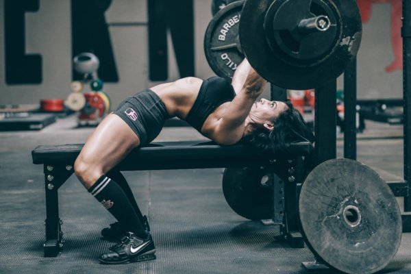 ミリタリープレスの筋トレ効果③「ベンチプレスの使用重量向上に期待できる」