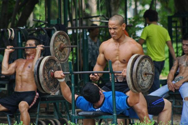 宅トレで背中を鍛える時の注意点②フォームと重量に注意