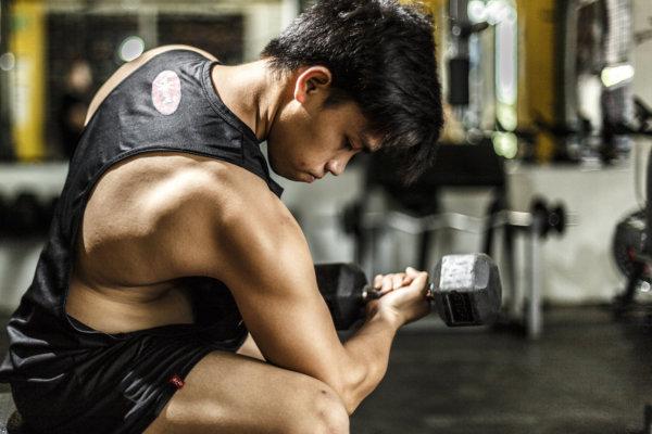鍛えたい筋肉を意識しながら取り組む