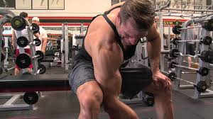 コンセントレーションカールの効果的なコツ①「上腕の裏側から肘までを固定する」