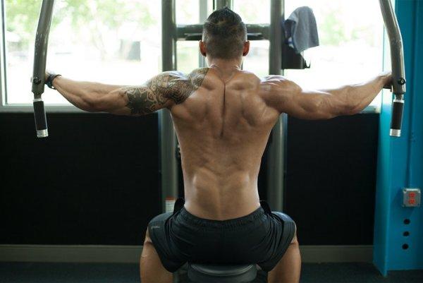 リアデルト(三角筋後部)を効果的に鍛えるコツ①「脇を開き、肘が肩の高さと同じ程度で動作する」