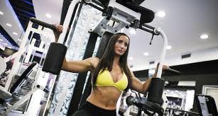 バタフライマシンの効果的なコツ③「肩甲骨を固定せず、解放したまま動作する」