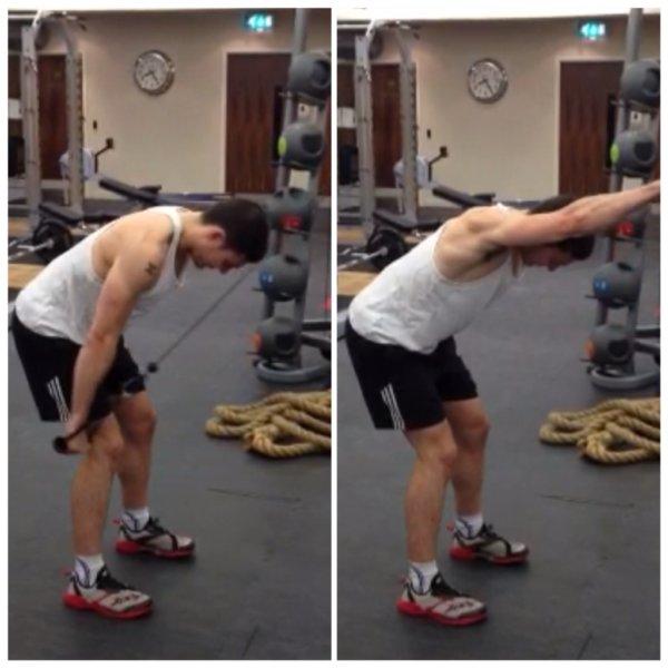ストレートアームプルダウンの効果的なコツ①「肘の角度を固定したまま動作する」