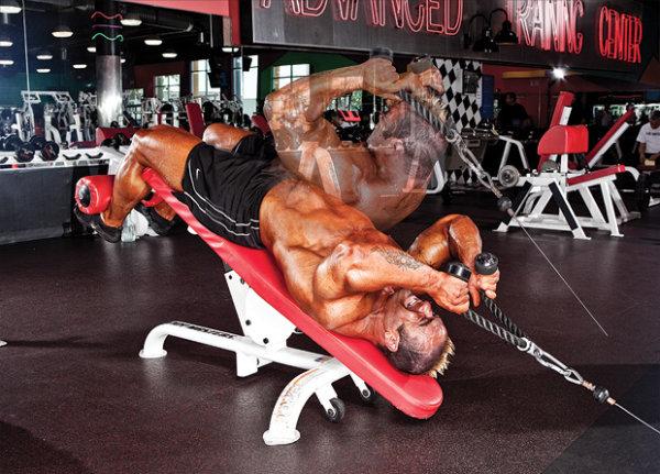 ジムで鍛える腹筋トレーニングのメリット①「マシン・器具を利用した高負荷トレ」