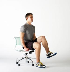 椅子を使って取り組める効果的な種目⑤「チェア・ニーレイズ」