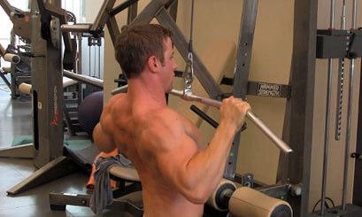 広背筋をより効果的に鍛えるためのコツ①「上半身の角度に注意する」