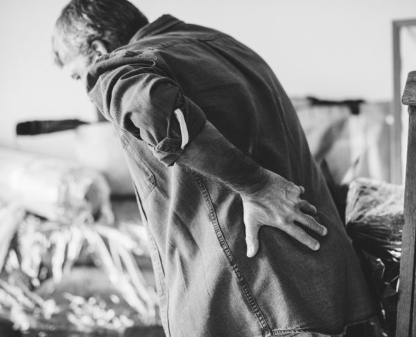 猫背がもたらすデメリット②首痛・腰痛