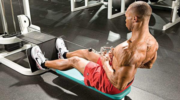 広背筋をより効果的に鍛えるためのコツ②「腕で引くのではなく広背筋で引く」