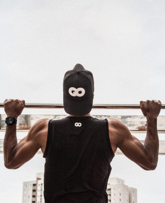 懸垂は自重トレーニングの中ではかなりハード