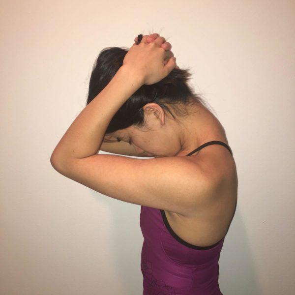 肩こりの改善・予防に効果的なストレッチ③「首前傾ストレッチ」