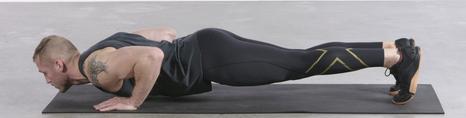 プッシュアップの効果的なコツ②「ゆっくりと肘を曲げていく」